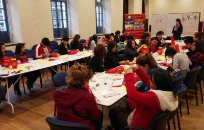 孔院教师正在给学生展示和讲解中国书法和灯笼制作