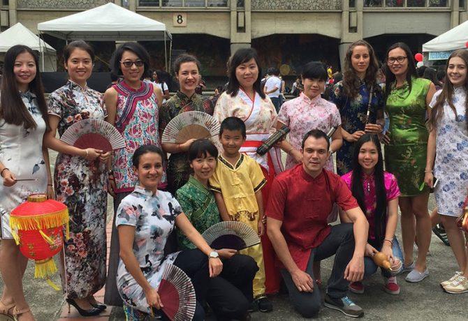 Profesores y estudiantes con vestidos tradicionales chinos